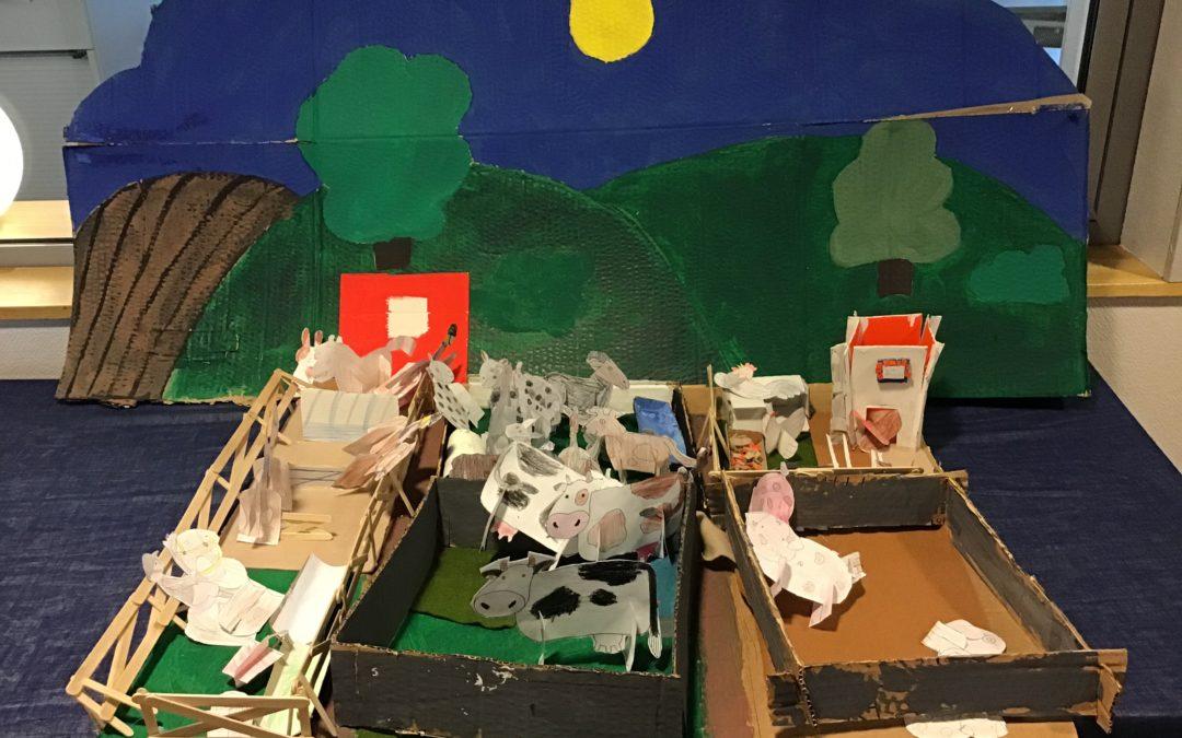 Klass 1 skapar en bondgård tillsammans.
